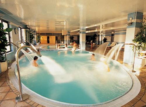 Hotel spa do a br gida salamanca balnearios con for Chorros para piscinas